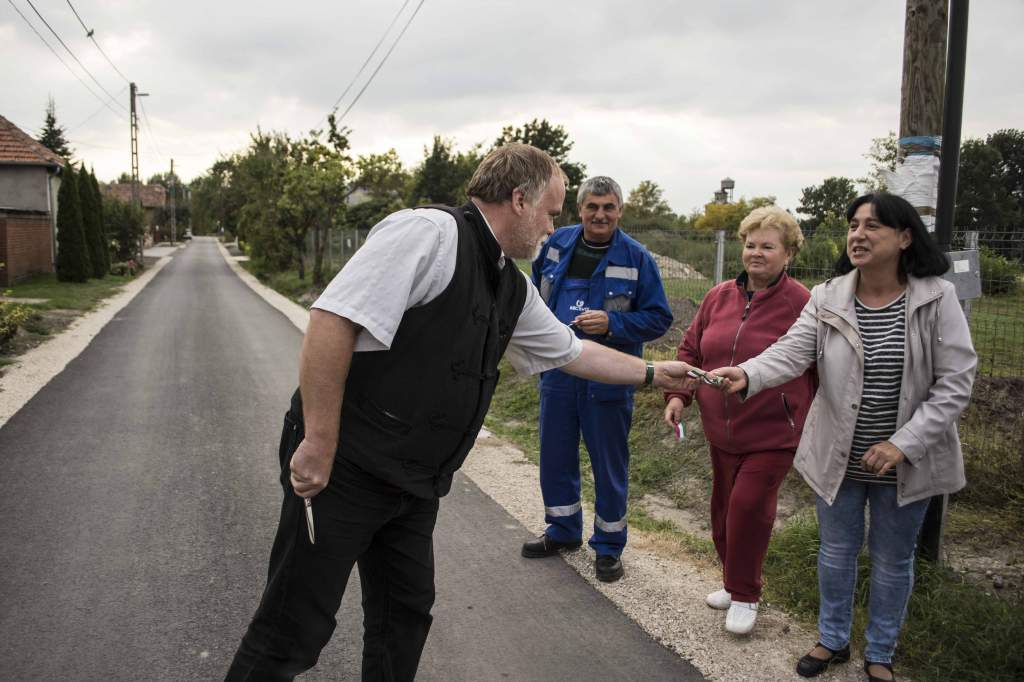 Új, aszfaltozott utat avattak Bikahegyben
