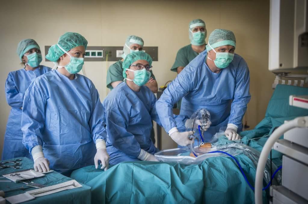 A kórházi várólistákat rövidítő fejlesztések várhatóak a hazai sebészetben