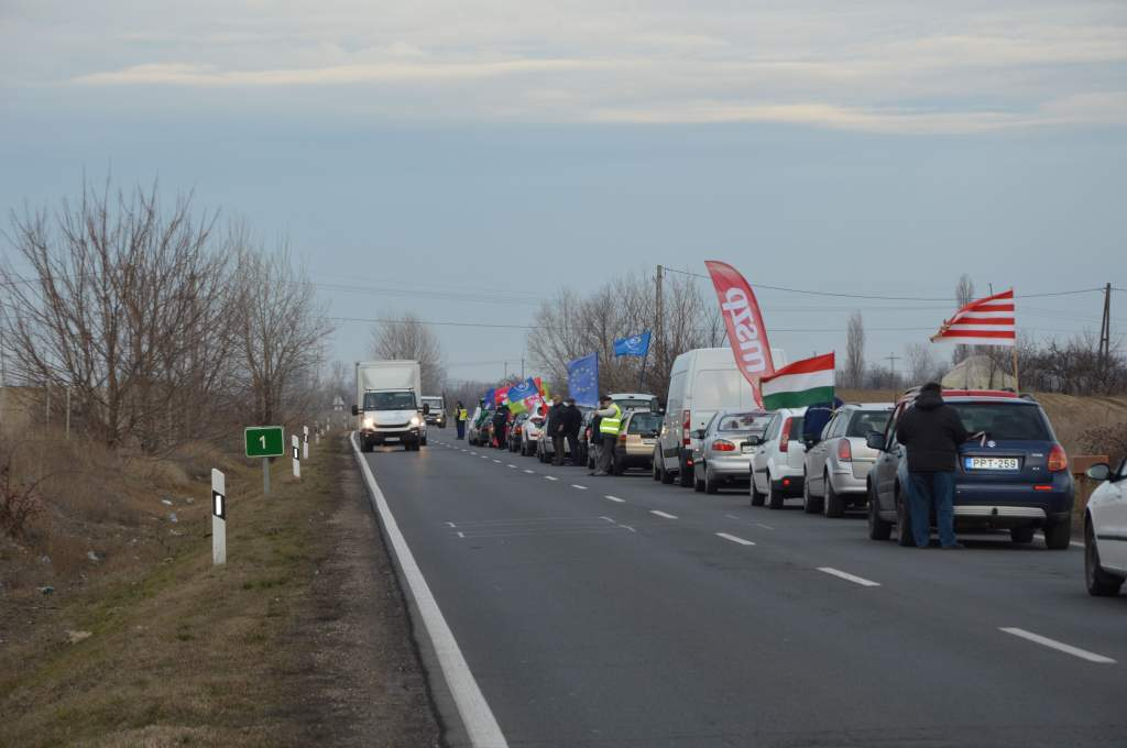 Félpályás útlezárást tartottak Félegyházán az ellenzéki pártok szervezésével