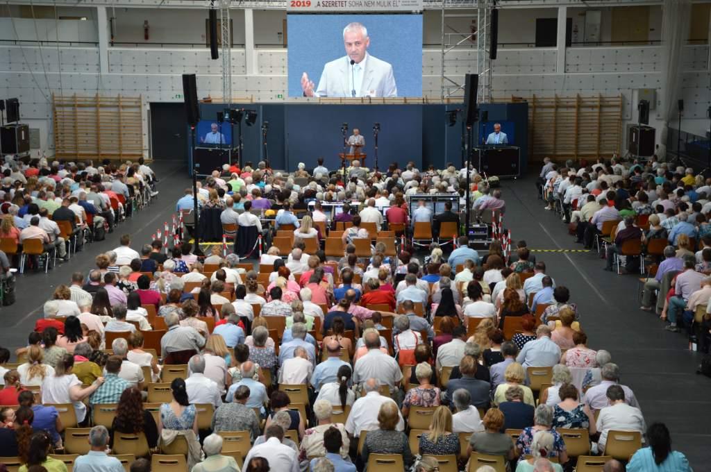 A Jehova Tanúi tartottak konferenciát a sportcsarnokban