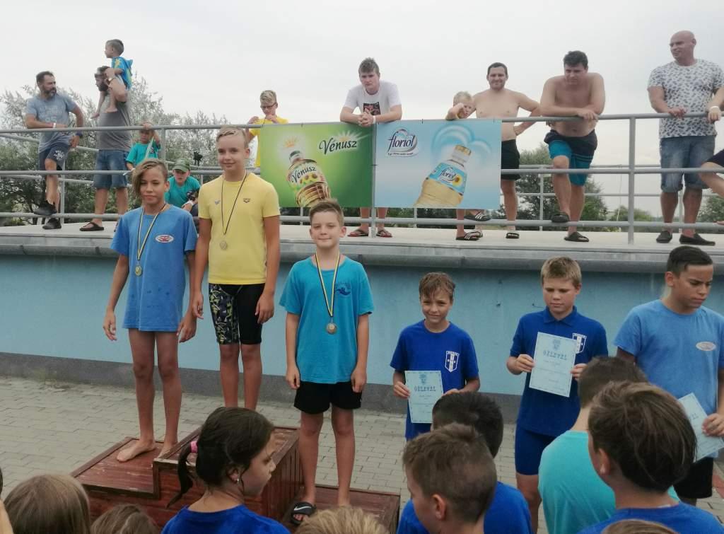 Tiszaföldváron úsztak