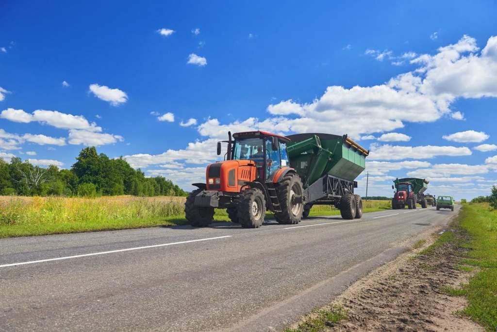 Ezt tegyük, ha mezőgazdasági jármű halad előttünk