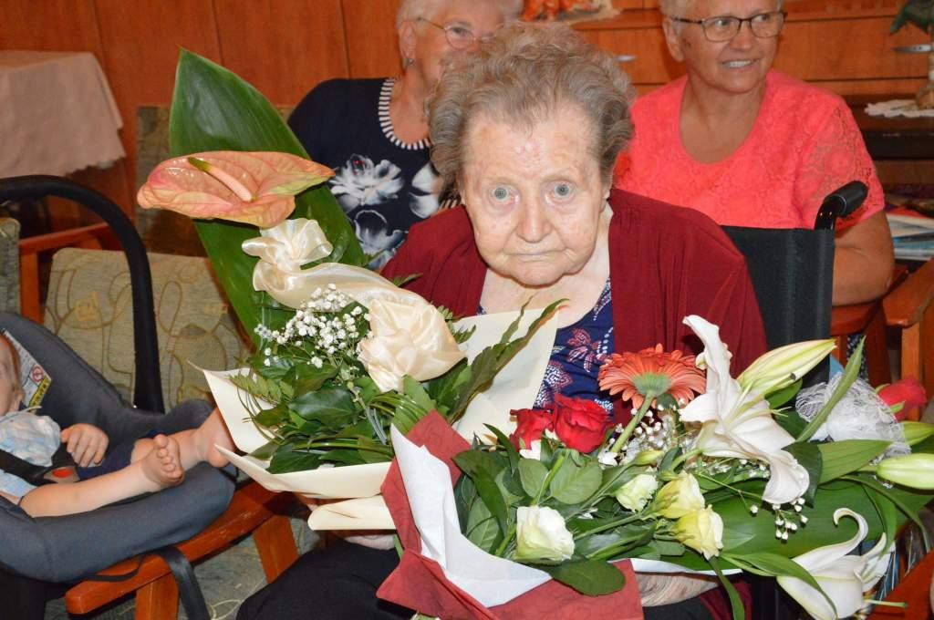 Virágokkal, tortával köszöntötték 90. születésnapján