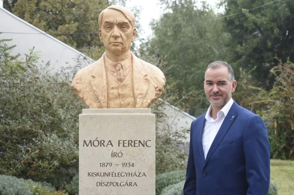 Felavatják a Móraváros Móra-szobrát