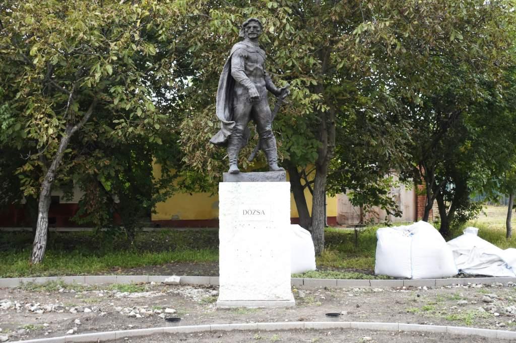 Új helyén a Dózsa-szobor