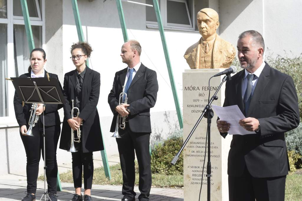 Átadták Móra Ferenc mellszobrát a Móravárosban