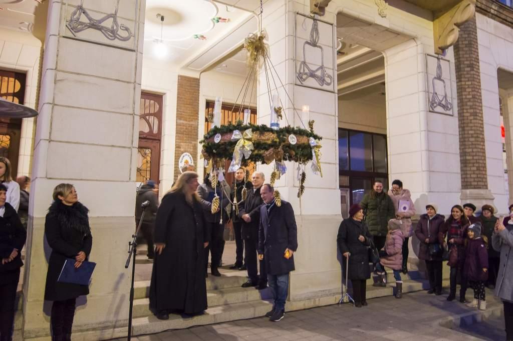 Adventi gyertya ragyog a városházán