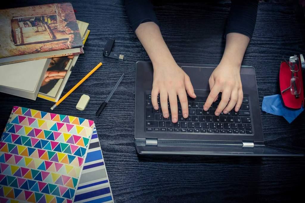 Könyvtársarok – Otthoni tanulást, kikapcsolódást segítő hasznos oldalak