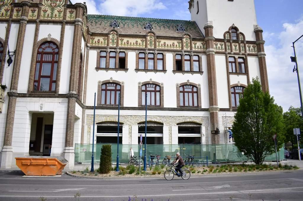 Újabb portálok újulnak meg a városháza épületén