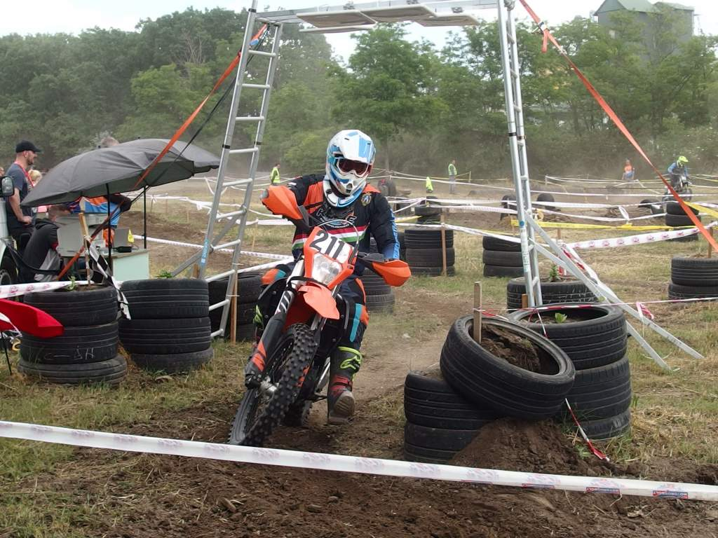 Motocross-versenyt rendeztek pünkösdkor a parkerdőben
