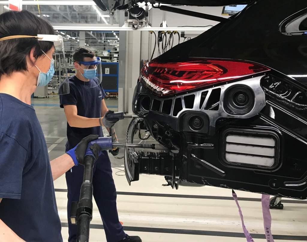 Saját gyártású védőeszközöket használ a Mercedes-gyár