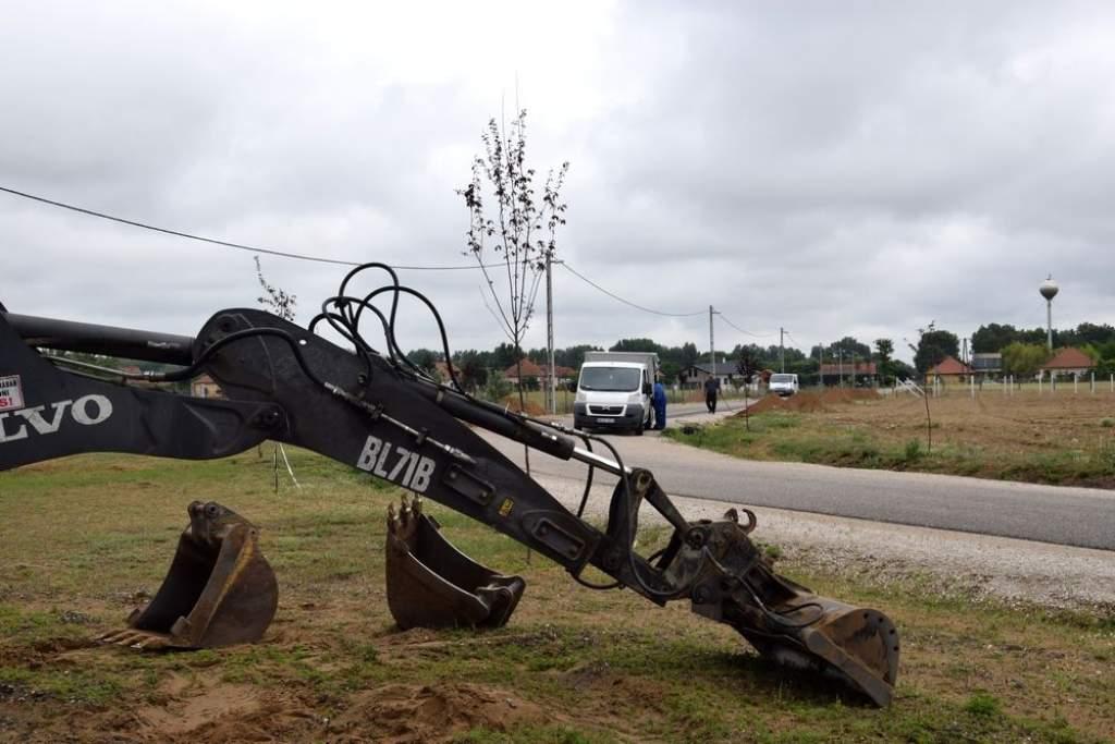 Áramhálózat-bővítés és gázközmű-kiépítés Petőfiszálláson