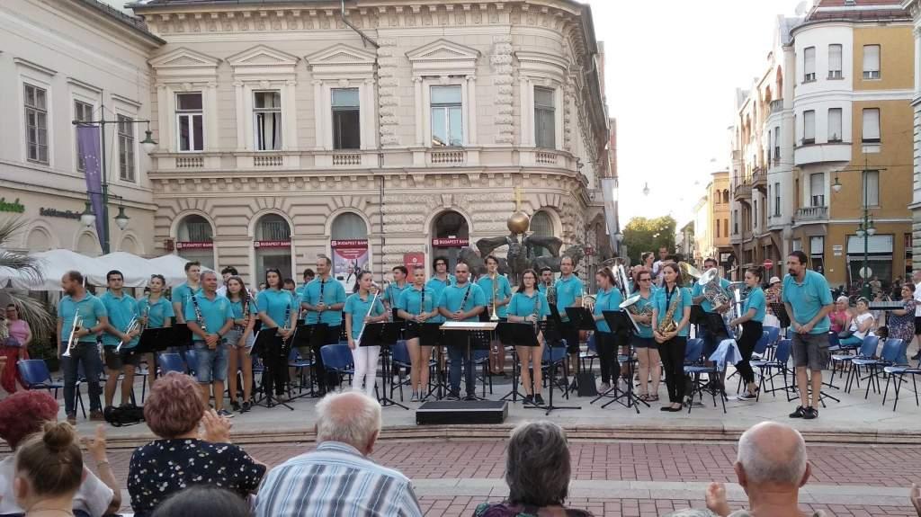 A Koncert Fúvószenekar zárja a júniust a szökőkútnál