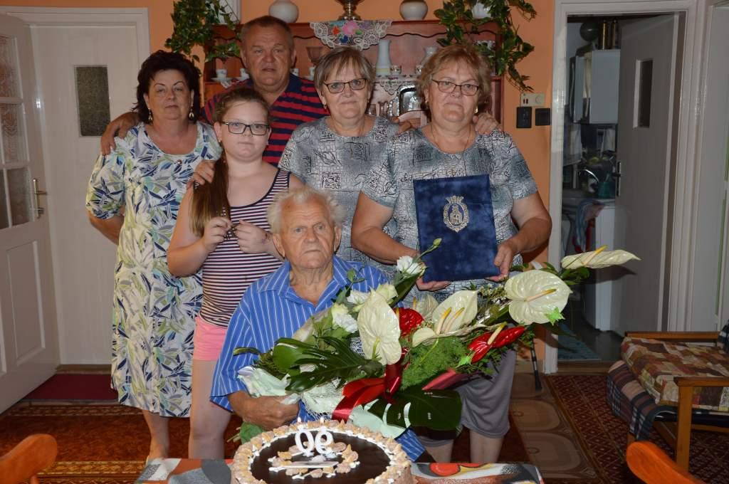 Szombatonként 90 évesen is jólesik egy kupica pálinka