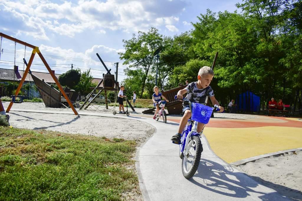 Játszóteret és pihenőparkot avattak a Kossuthvárosban