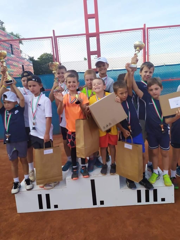 Joggingos sikerek – Országos bajnok teniszcsapat és éremeső aquatlonban