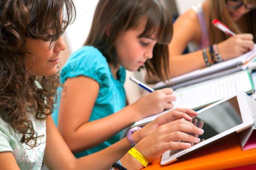 Oktatást segítő eszközökhöz és képzéshez juthatnak hátrányos helyzetű települések iskolái
