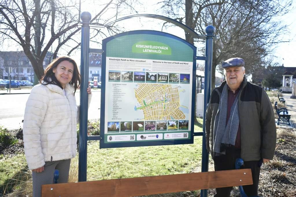 Különleges turisztikai táblákkal gazdagodtak a város közterei