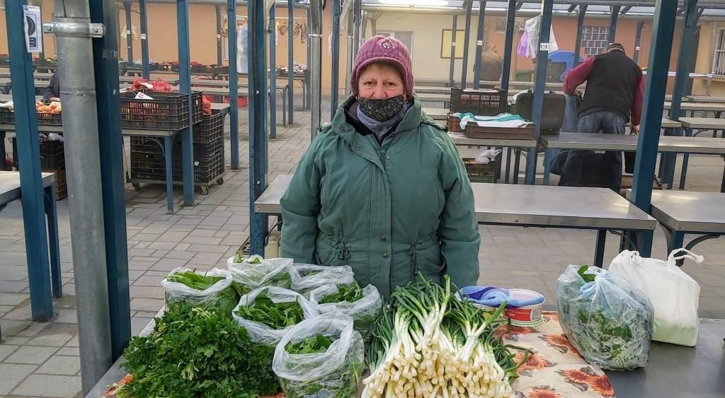 Bár még fóliás, de helyi spenót és zöldhagyma is kapható
