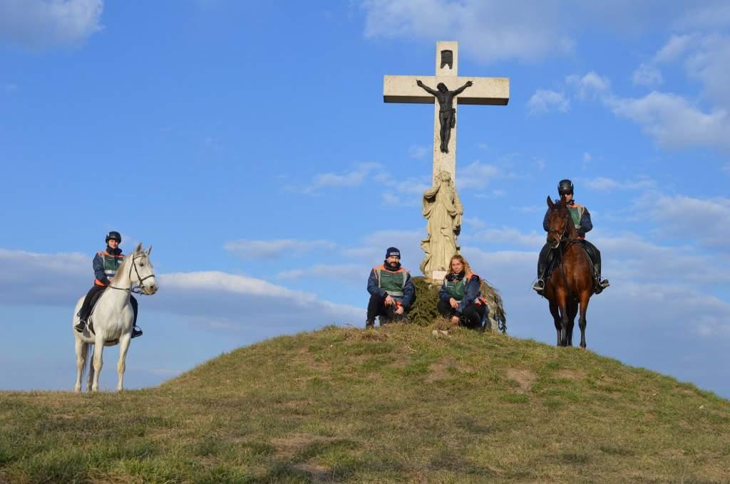 A járvány ideje alatt is járják a határt a lovas polgárőrök