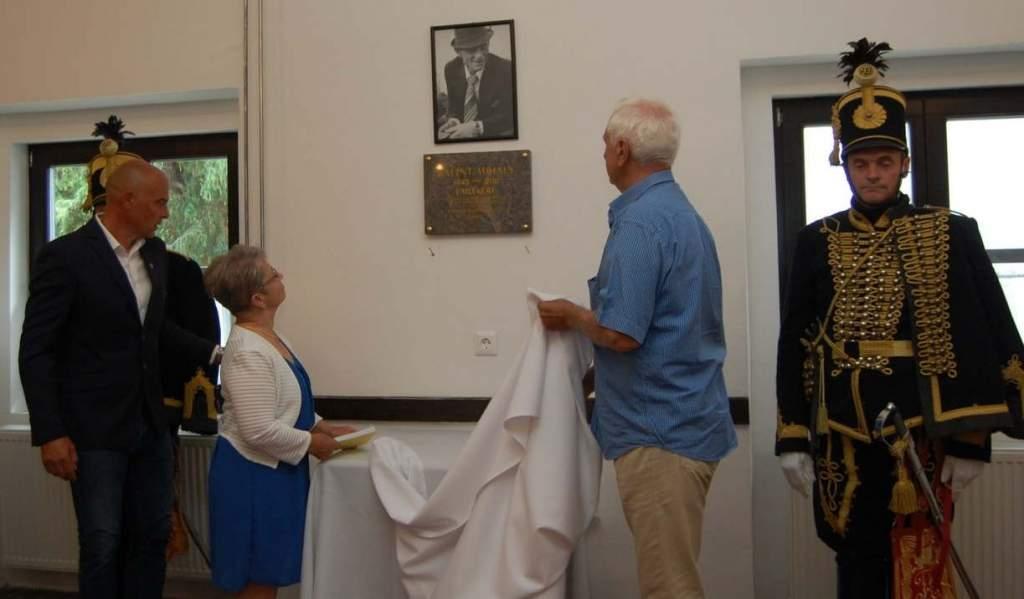 Emléktáblát avattak Bálint Mihály fogathajtó tiszteletére Bugacon