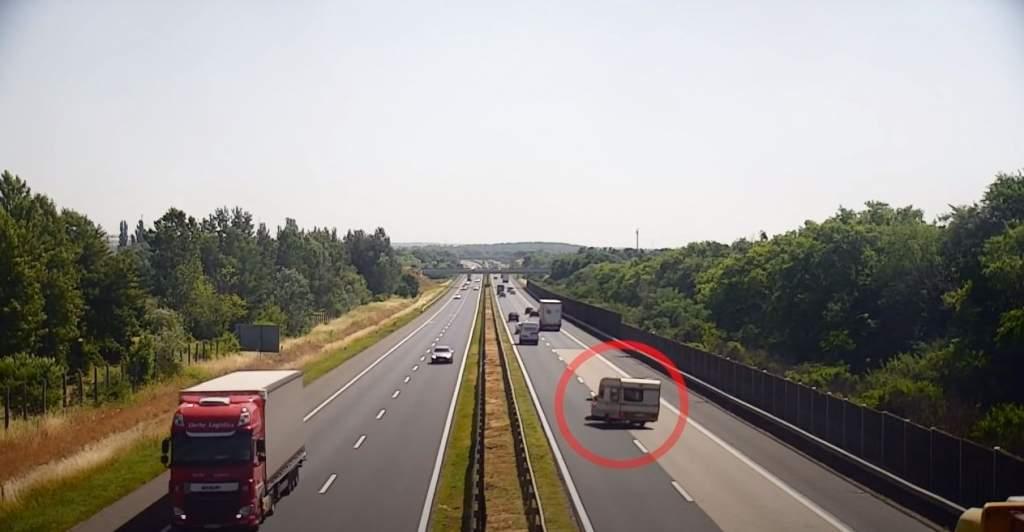 Rommá törték a lakókocsit az M3-as autópályán