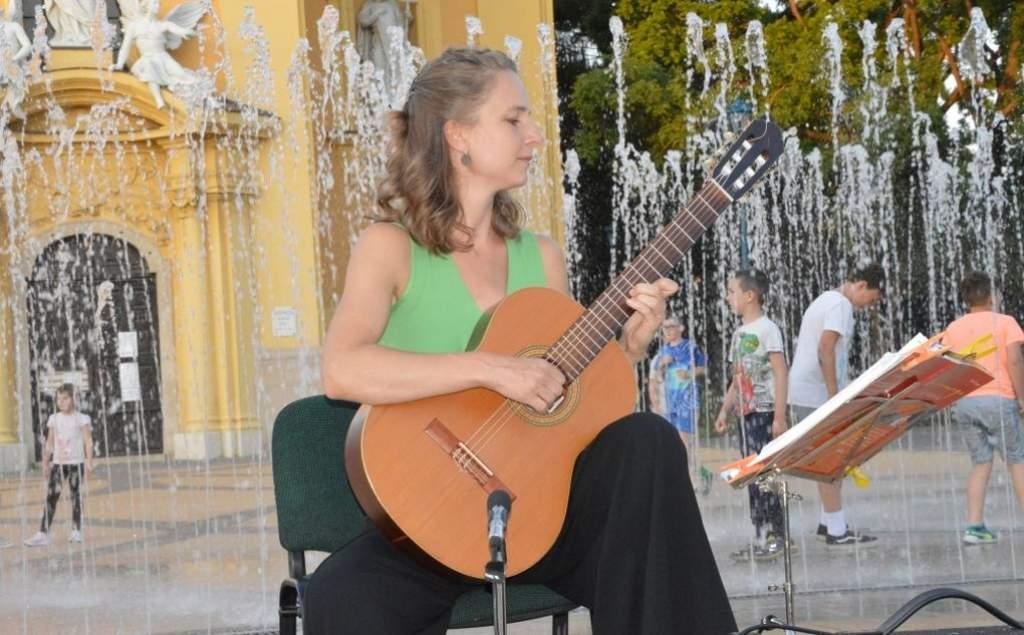 Soós Brigitta gitárművész játszik pénteken, a főtéren