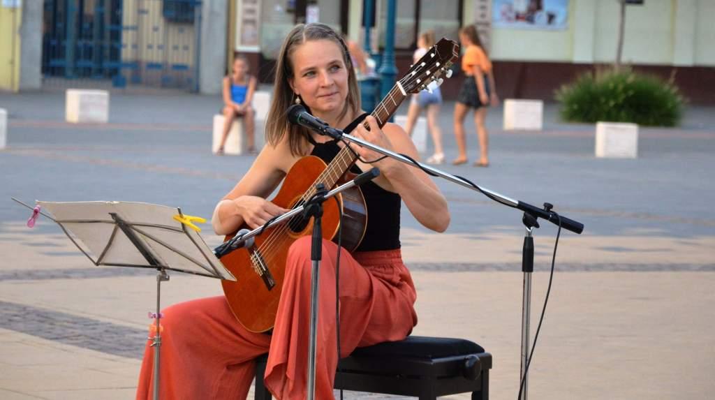 Elbűvölte a közönséget Soós Brigitta gitárjátéka