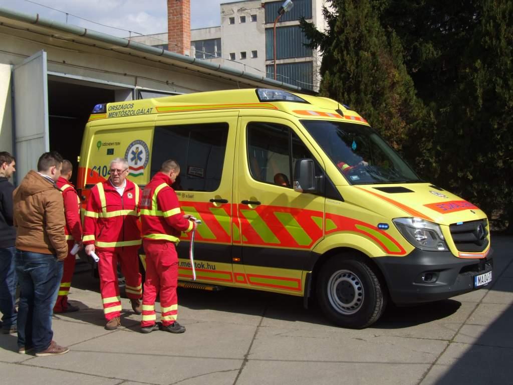 Új, korszerű mentőautót kaptak a félegyházi mentősök