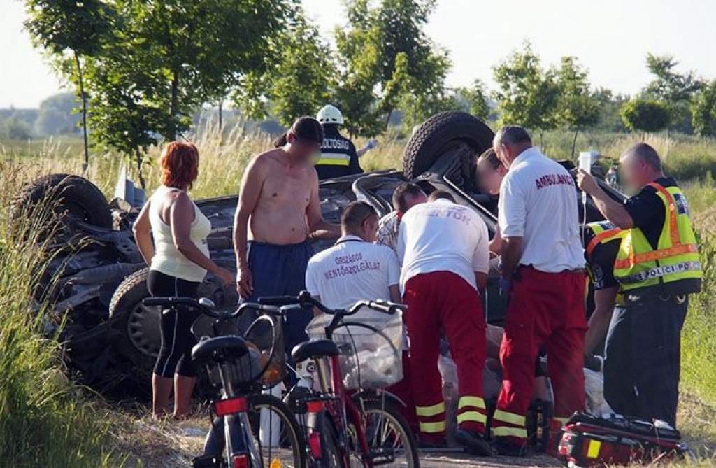 Biciklizők mellé csapódott a felborult autó