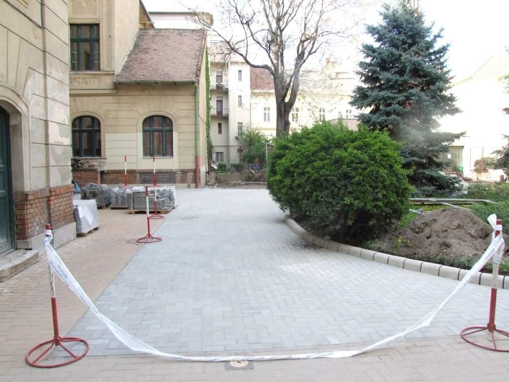 Térburkolatot kap a városháza udvara
