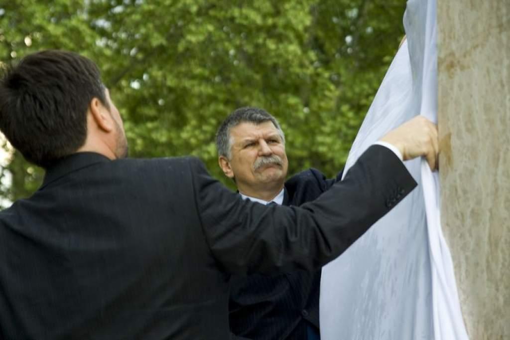 Felavatták a Návay-emlékművet a vasútállomás előtti parkban