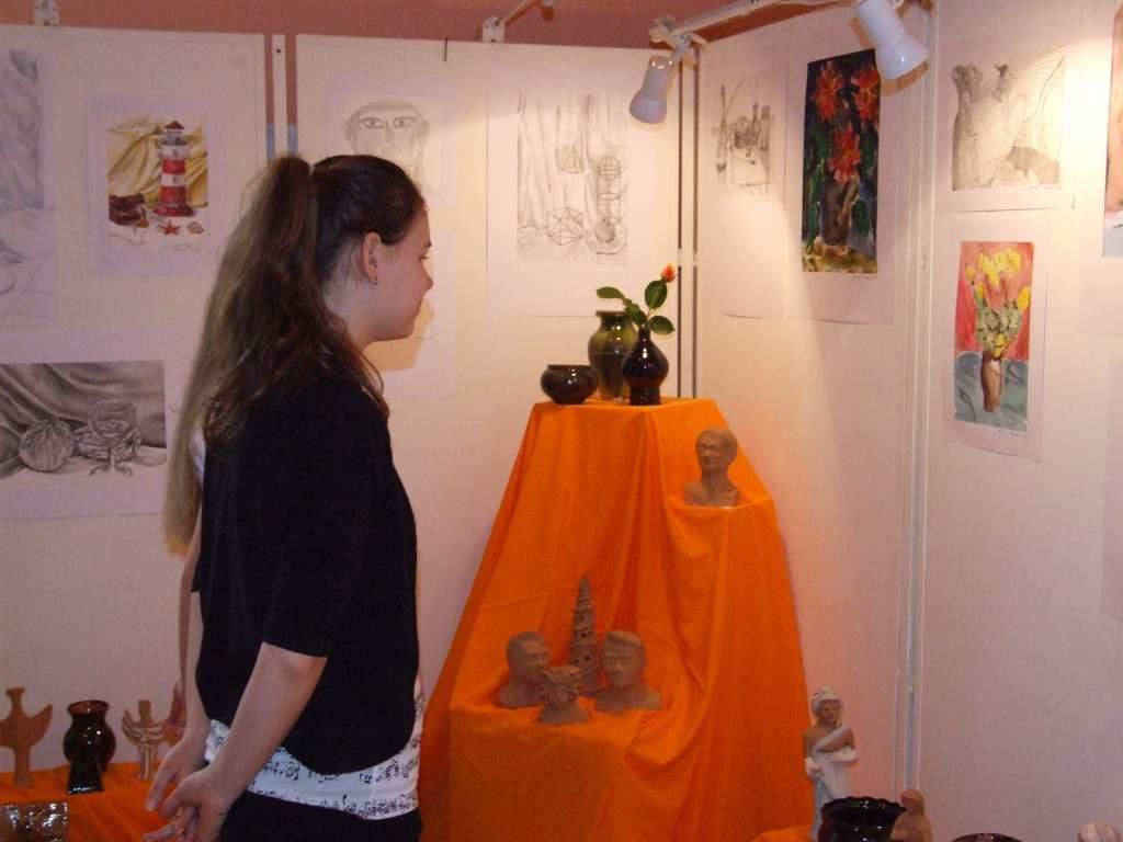 Ifjú képzőművészek kiállítása a művelődési központban