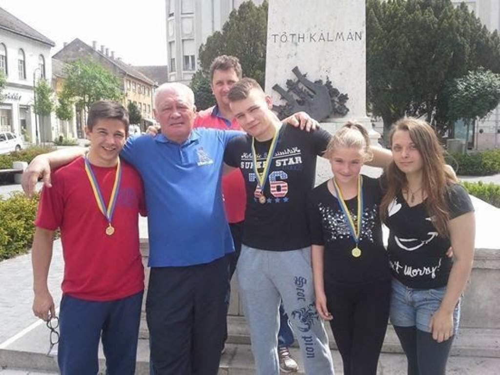 Két arany és egy bronzérmet szereztek a birkózók Baján