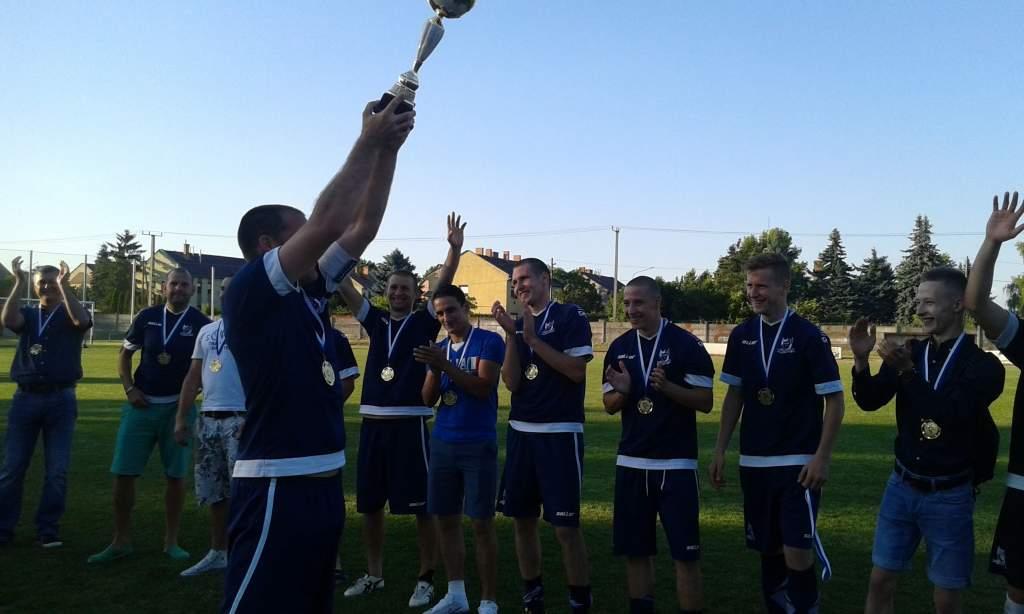 Megkapták az érmeket és a bajnoki kupát a KHTK tagjai