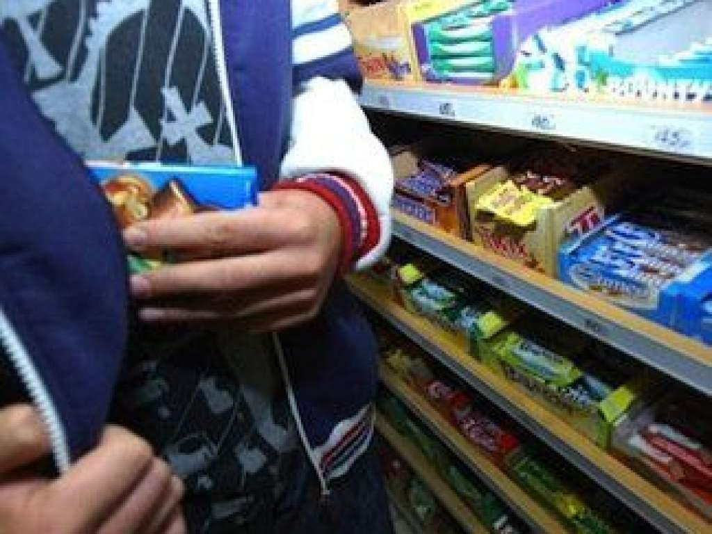 Unokáinak lopott csokit a nagypapa