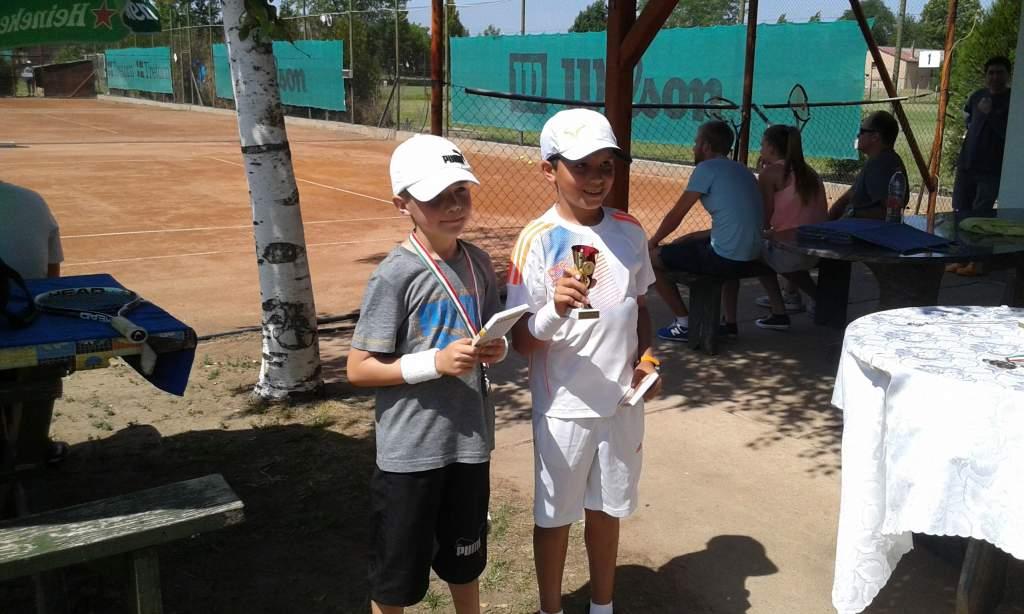Gyerekek ragadtak teniszütőt