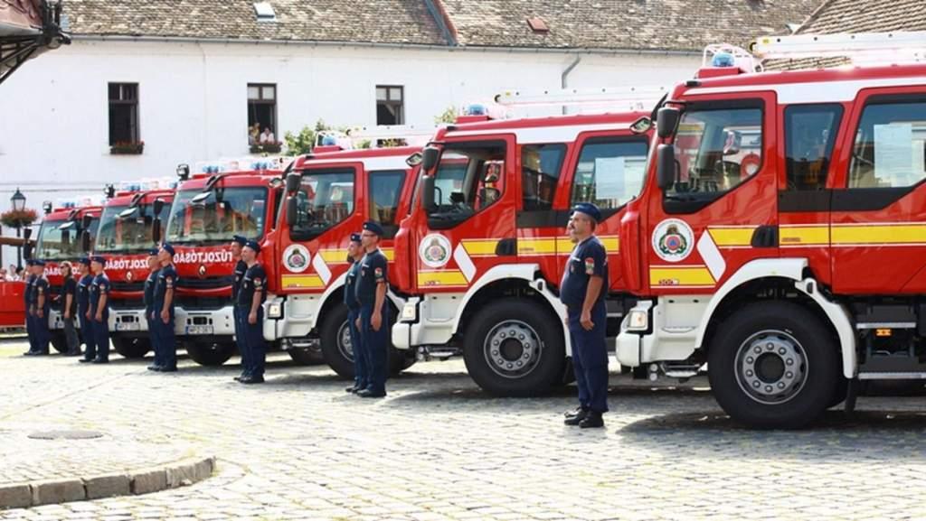 Tűzoltókat avattak, Bács-Kiskun pedig új mentőszert is kapott