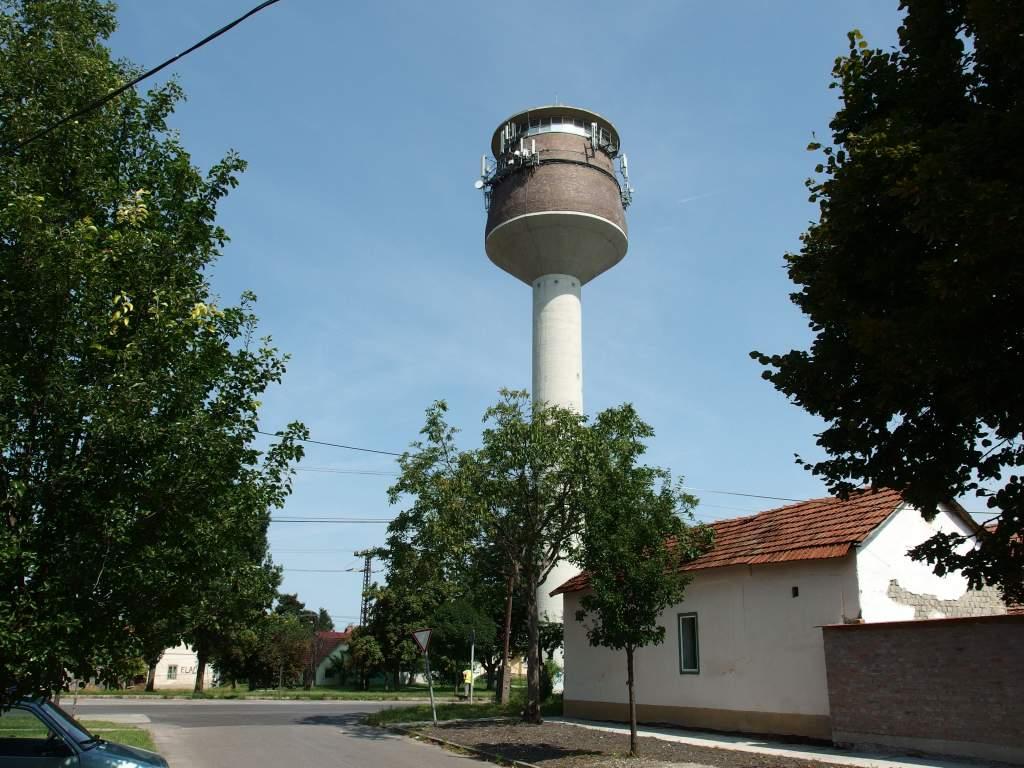 Kinőtte a régi víztornyot a város