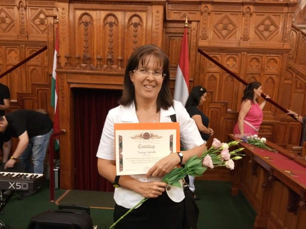 Magyar Családokért díszoklevél a Kiskunfélegyházi Védőnői Szolgálat intézményvezetőjének, Tarjányi Gabriellának