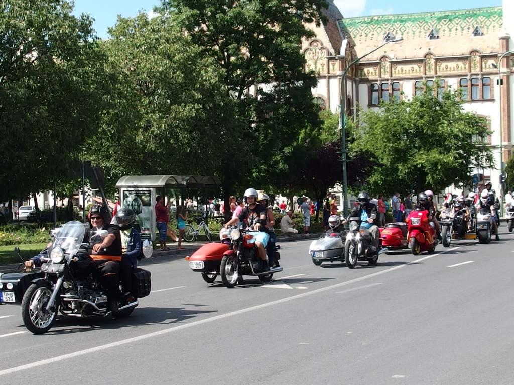 Motoros felvonulás a Kossuth utcán