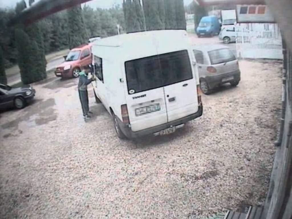 Kocsiból lopott, 15 perc alatt kattant a kezén a bilincs - videóval