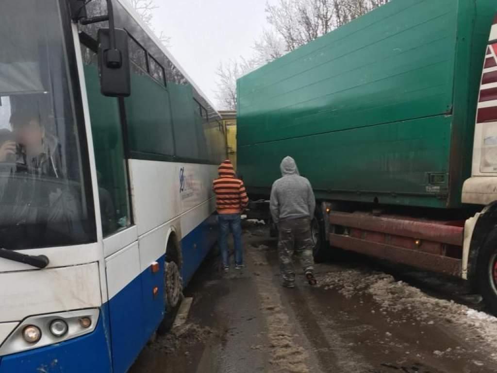 Autóbusz és kamion ütközött össze a kunszállási vasúti átjárónál