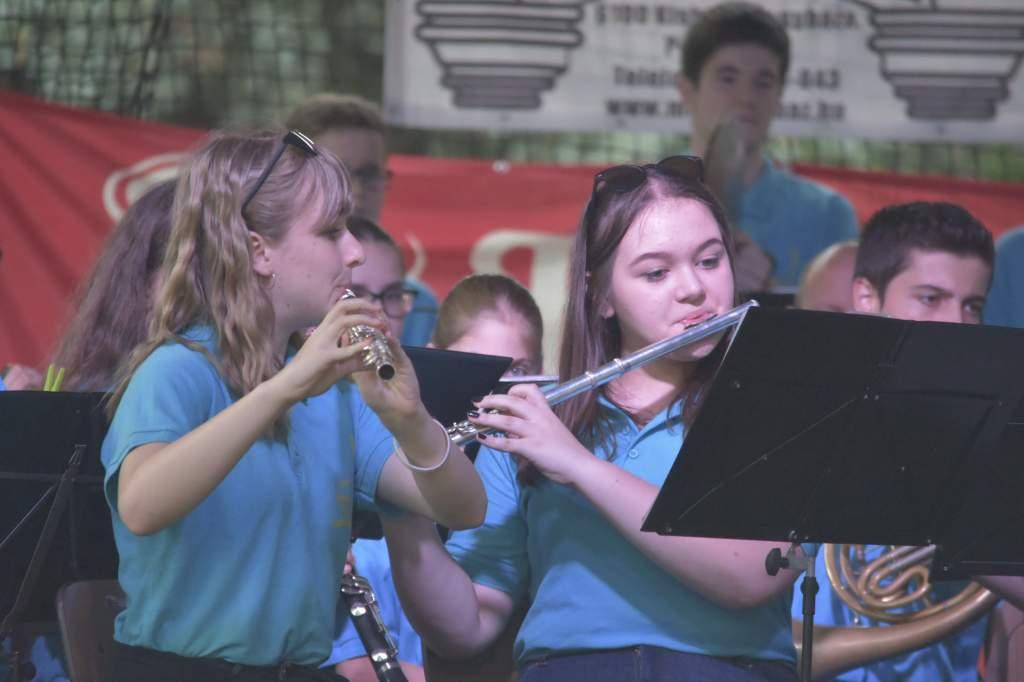 A Kiskunfélegyházi Ifjúsági Fúvószenekar koncertje a Petőfi-szobor lábánál