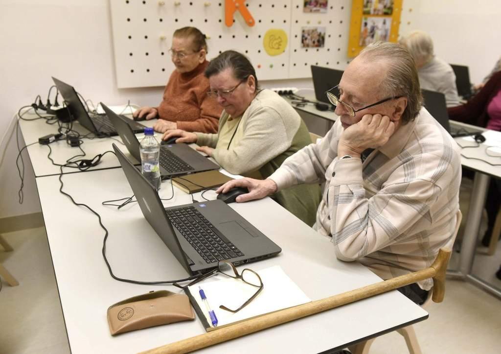 Fiatalok tanítgatják az idősebbeket