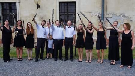 A szökőkútnál zenél a Kiskunfélegyházi Koncert Fúvószenekar