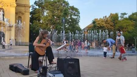 Nyáresti gitárzene a szökőkútnál