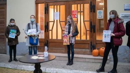 Rendhagyó díjátadó a Móra Ferenc Művelődési Központ udvarán