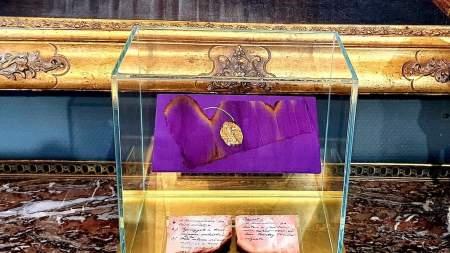 A Nemzeti Múzeum vásárolta meg a koronázási palást egy darabját a BÁV aukcióján